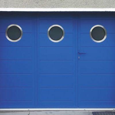 portes-de-garage-battante-alu-3-vantaux-option-hublots-bourges-mvp